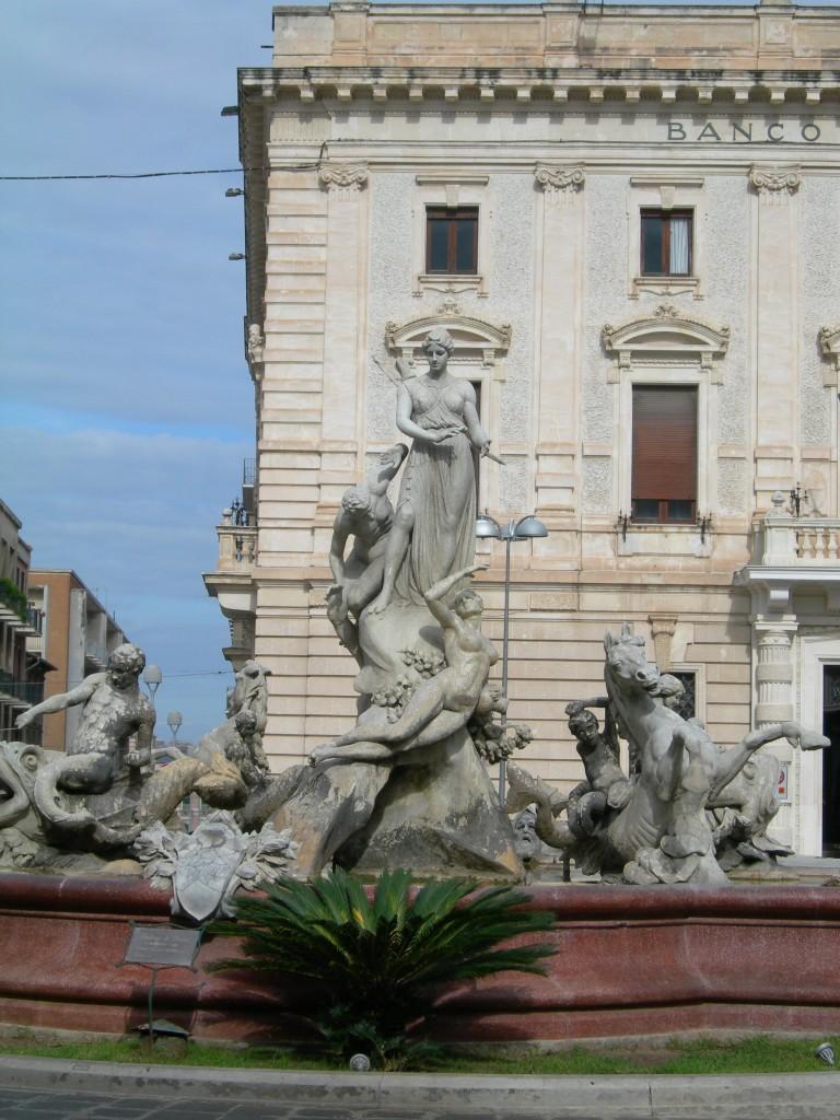 Piazza Archimede e fontana di Artemide